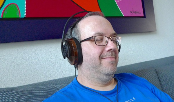 Max Delissen luistert naar de AudioQuest NightHawk.