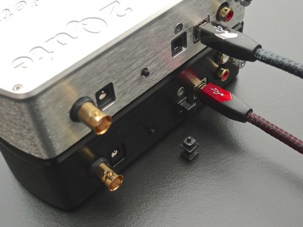 vlnr: BNC ingang - voeding - input switch - TOSlink ingang - USB ingang - analoge uitgang - extra aarde aansluiting